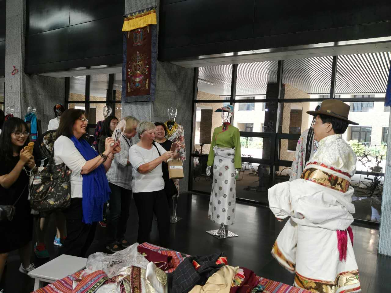 Foreign experts in Tianjin visit Tibetan clothing exhibition