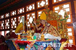 班禅额尔德尼·确吉杰布为扎什伦布寺藏经阁加持开光