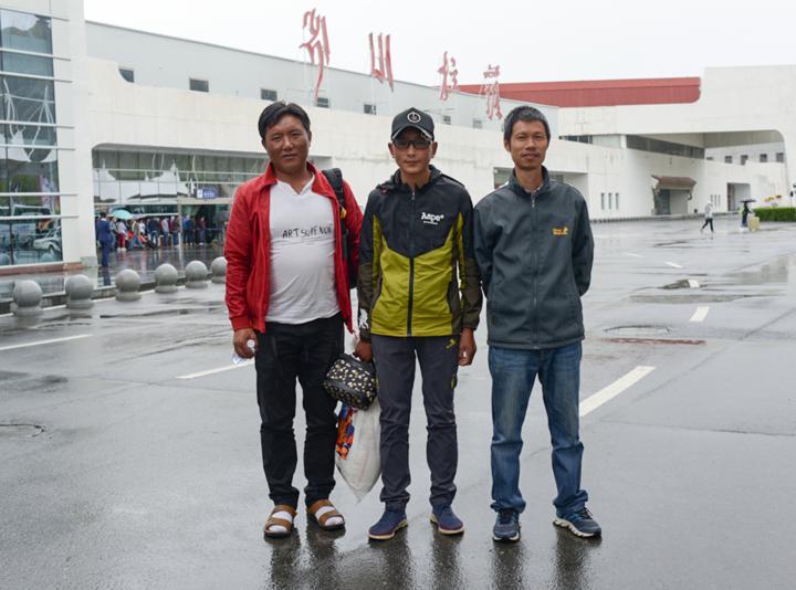 Lehrer bringt tibetischen Jungen zur Augen-OP nach Ningbo