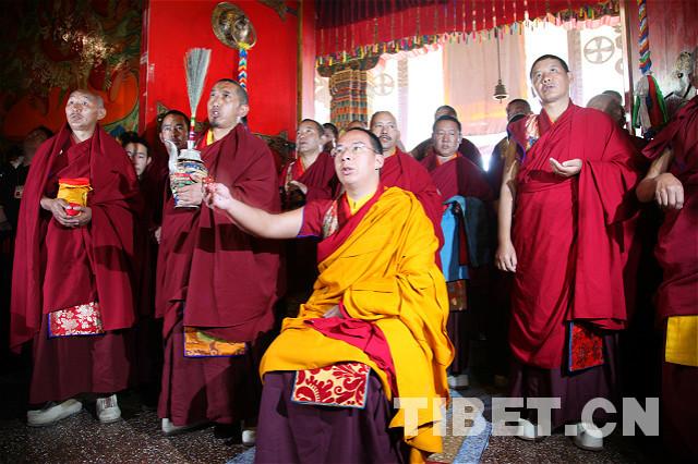 Der Penchen Lama verehrte den Buddha im Kloster Transhilhünpo
