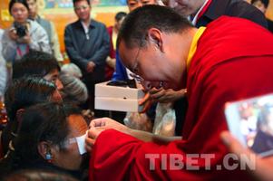 班禅在扎什伦布寺出席公益慈善捐赠仪式