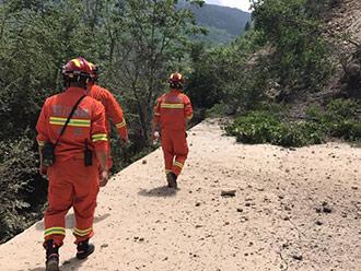 九寨沟地震救援人员劈石开路 打通生命通道