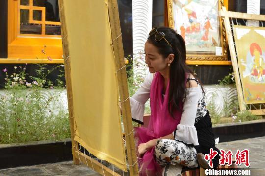 Chinesische Touristen erleben Bräuche in Tibet
