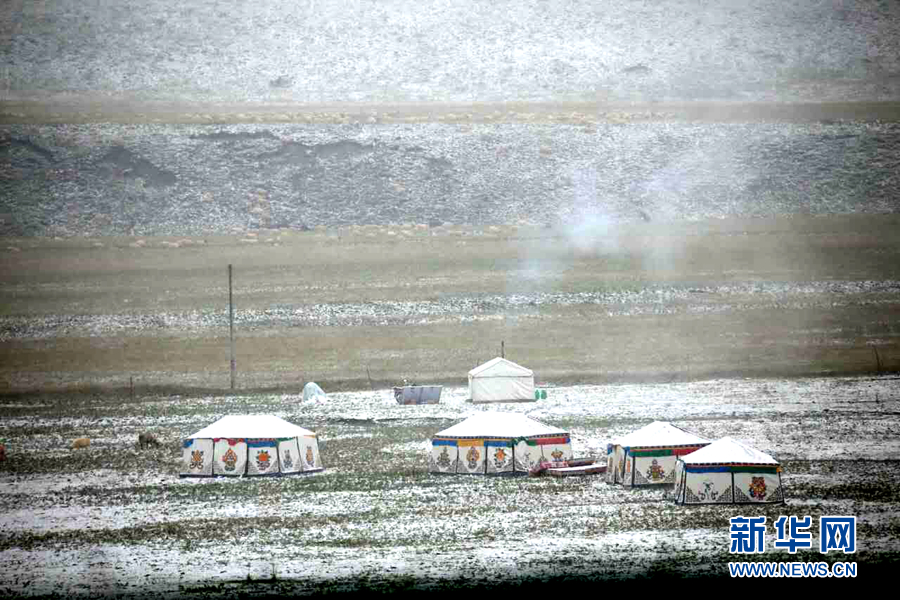 NW China sees snowfall in Sept.