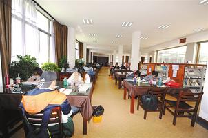 拉萨市市民在自治区图书馆看书学习