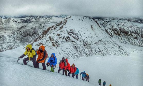 Bergsteigerfest auf Gipfel Lodoi in Tibet