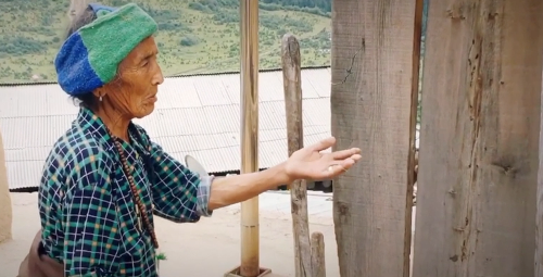 Seht wie diese Tibeterin eine vom Motorrad beschädigte Mauer restauriert