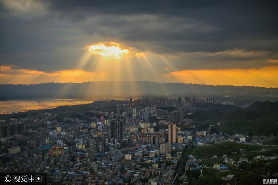 Wunderschönes Abendrot über Guizhou erinnert an UFO-Landung