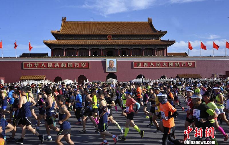30.000 Läufer beteiligen sich am Beijing Marathon 2017
