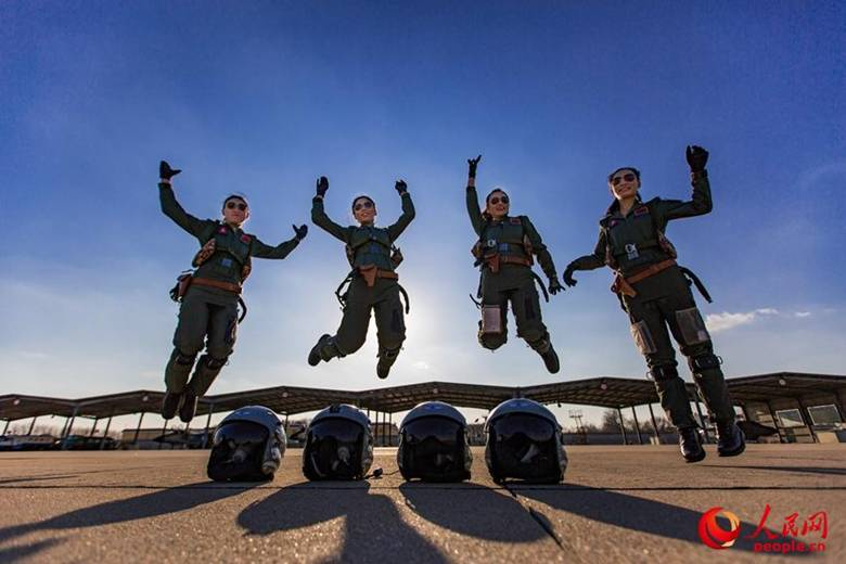 Chinas Luftwaffe mustert 35 neue Pilotinnen