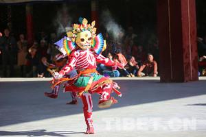 """班禅驻锡地扎什伦布寺举行""""寺莫钦波""""跳神节"""