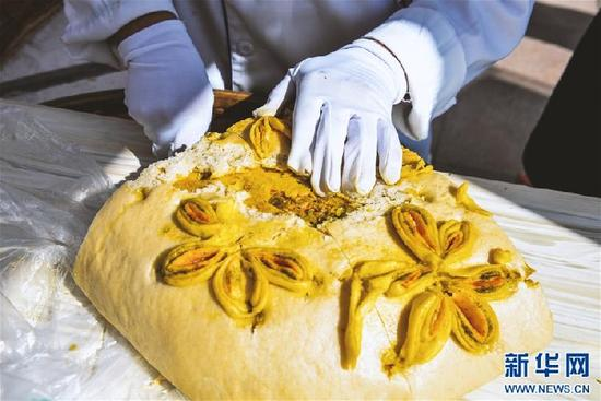 A 130 kg traditional-style moon cake debut in Qinghai