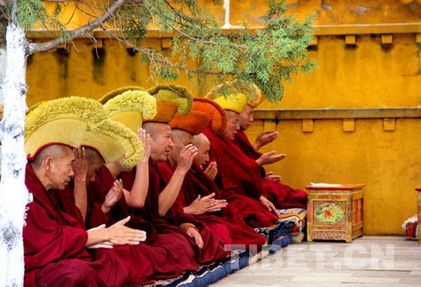 Buddhistische Schüler besuchen Ganden-Kloster für Sutra-Debattierpraxis