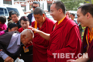 """十一世班禅首抵""""藏东明珠""""昌都,开展社会调研和佛事活动"""