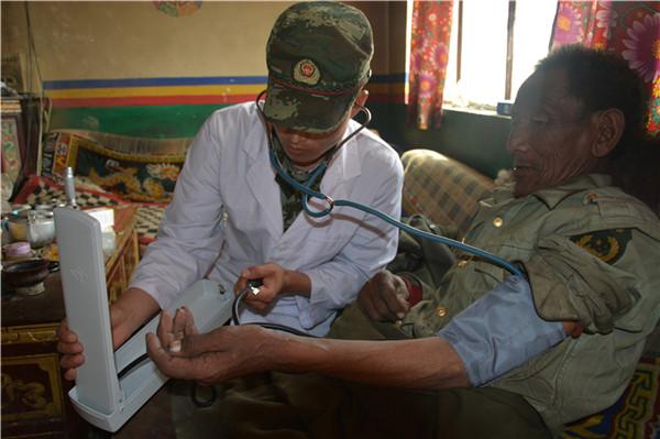 换季防病:西藏阿里边防武警为困难群众义务巡诊