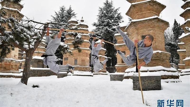 Shaolin-Mönche trainieren Kung-Fu im Schnee