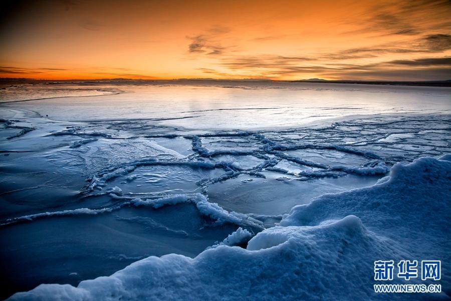 Sonnenaufgang im Winter am Qinghai-See