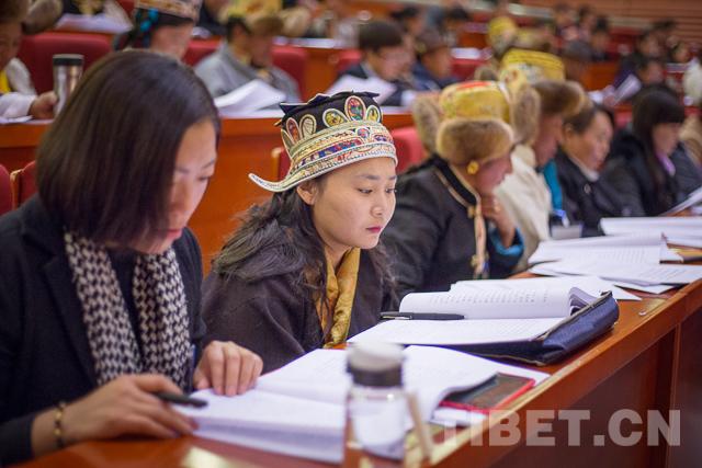 Abgeordnete aus Lhasa sprechen über zwei Tagungen
