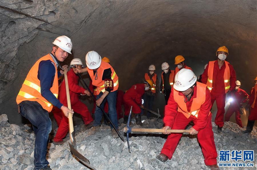 Tunnel Samdrup-Berg der Eisenbahn Sichuan-Tibet fertiggestellt