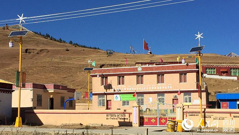 Kreis Litang der Provinz Sichuan: Solarstraßenlaternen erhellen die Straßen