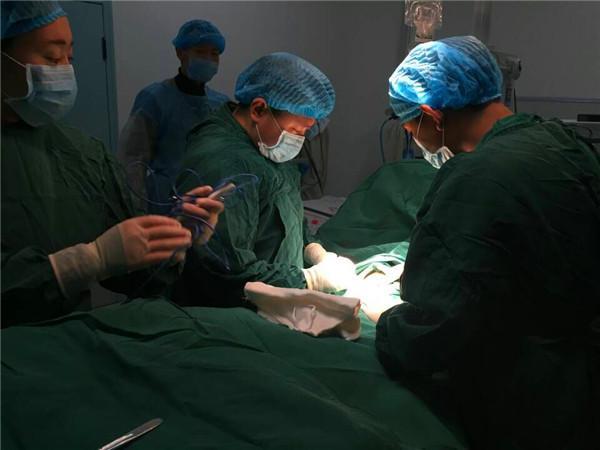 Ärzte in Chengdu saugen Sauerstoff auf für Operation