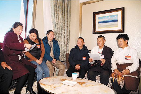 西藏两会参会代表委员们忙碌起来