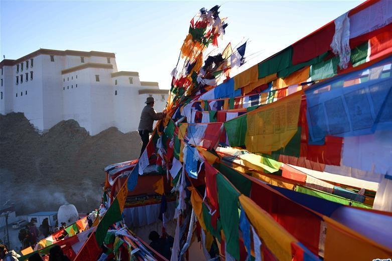 Xigazê: Einwohner hängen bunte Gebetsfahnen auf