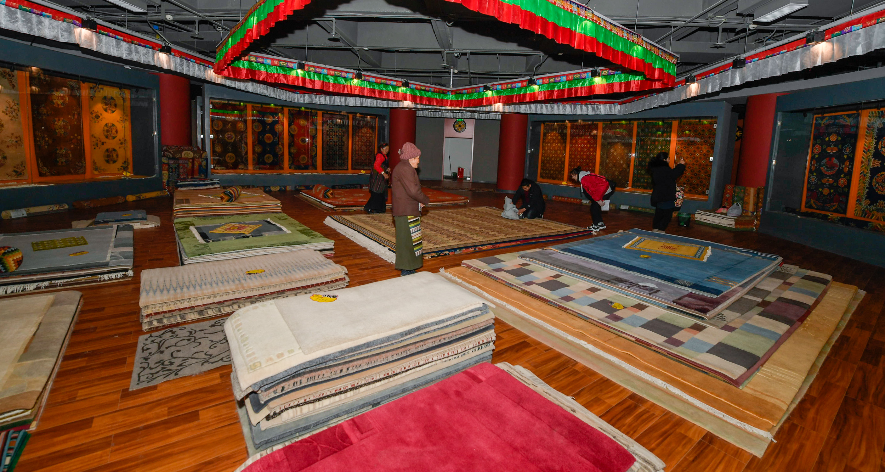 "The ""weaving girls"" at the Tibetan carpet fair"