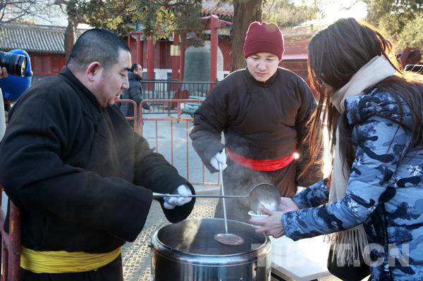 Laba-Fest: 6600 Besucher essen im Yonghe-Tempel Brei