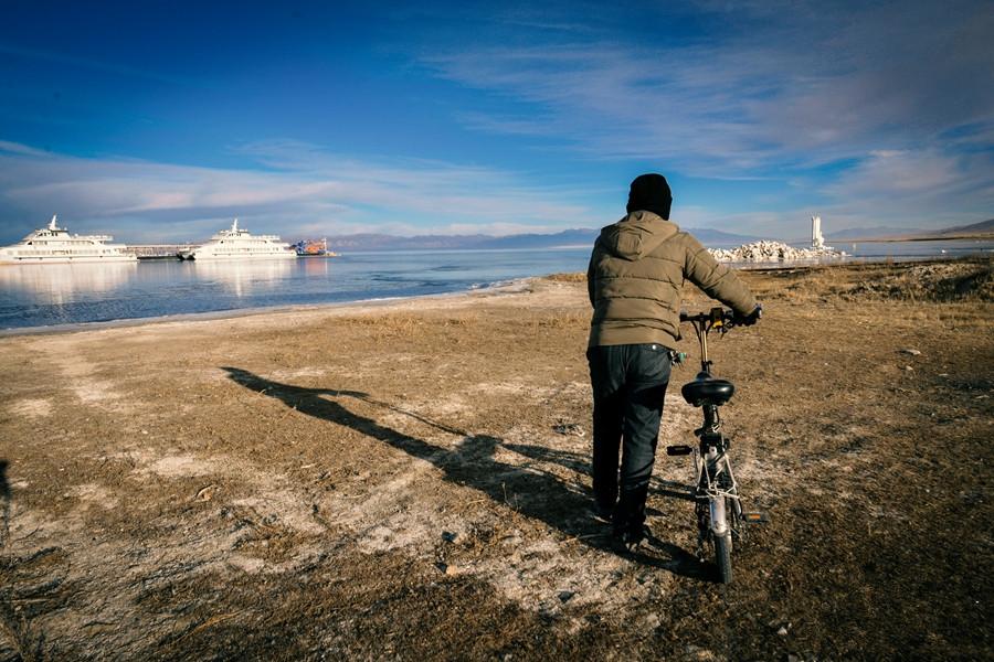 Parkangestellte des Qinghaisees kümmern sich um überwinternde Wasservögel