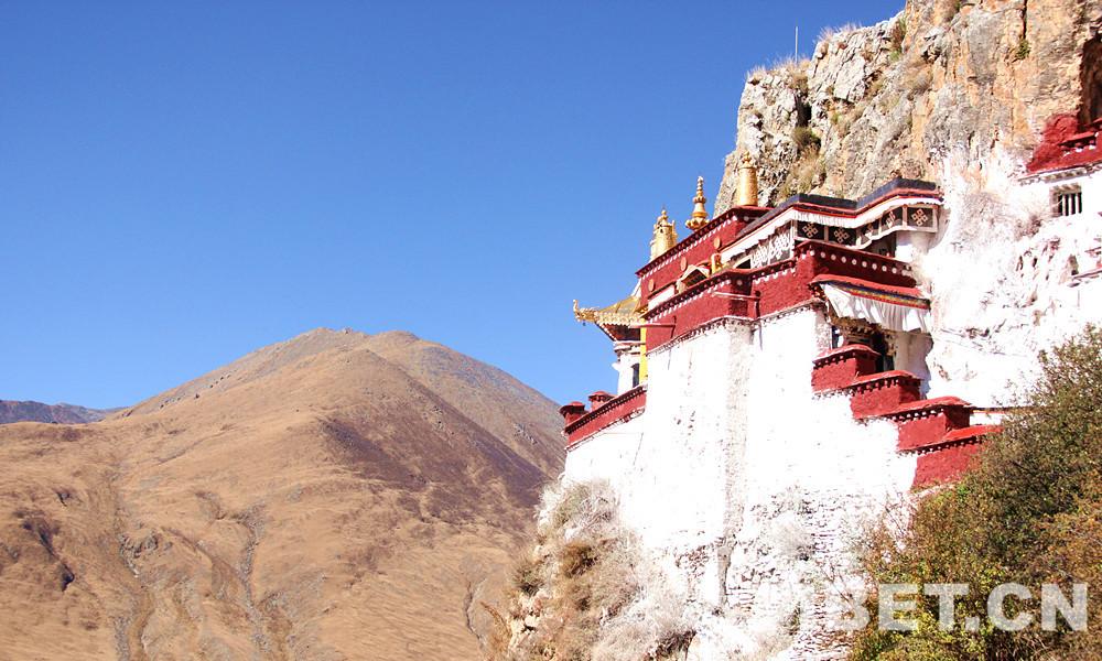 实拍|金秋十月,寻游金色山崖上的隐修地——扎叶巴寺