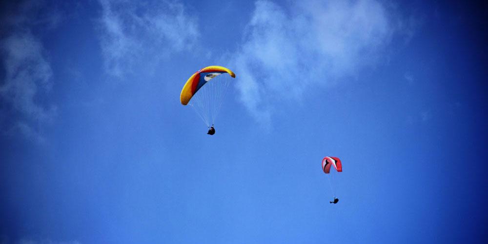 """插上滑翔伞的""""翅膀"""",飞向高原上的雪山"""