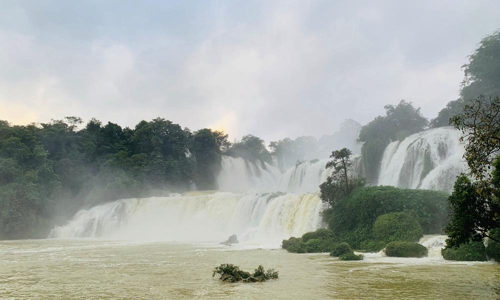 亚洲第一、天下第四大跨国瀑布?感觉一下!