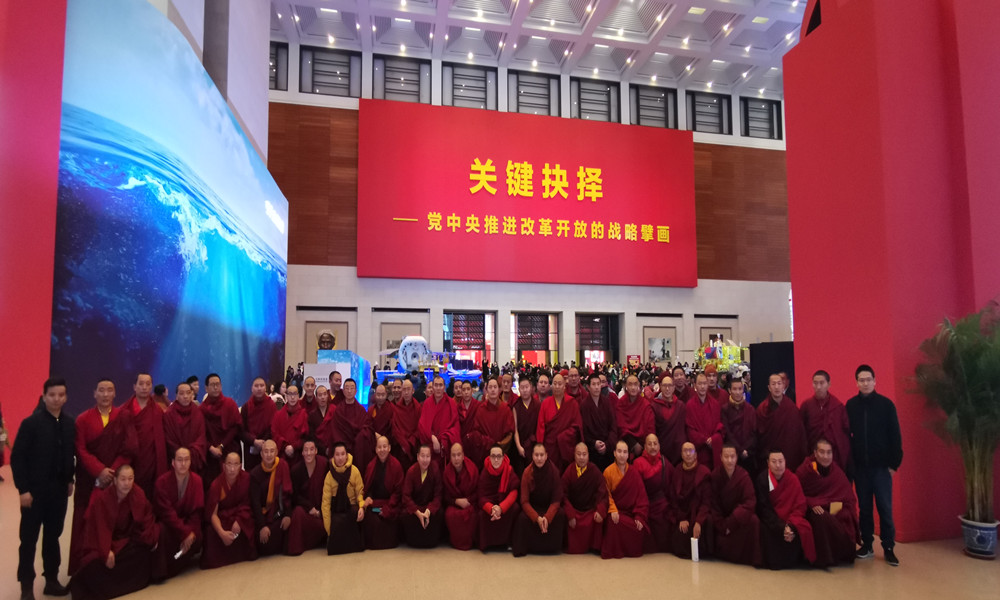 """中国藏语系高级佛学院学员观展""""伟大的变革"""" 直言祖国真强大!"""