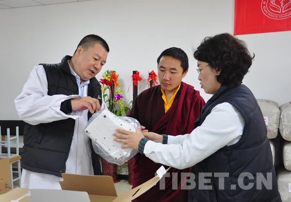 Ein Pekinger Krankenhaus spendet Materialien für Qinghaier Kloster