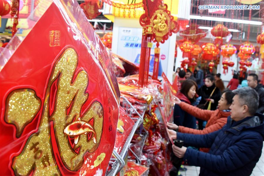 Leute kaufen Dekorationen für das bevorstehende Frühlingsfest in Qingdao