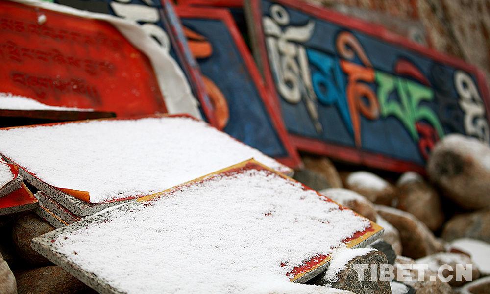 Schnee unter der Tausend-Buddha-Klippe