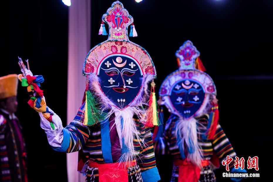 Traditionelle tibetische Gesänge und Tänze zum neuen Jahr