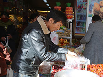 【新春走基层】拥抱新时代 同庆中华年 泽当街头年味浓