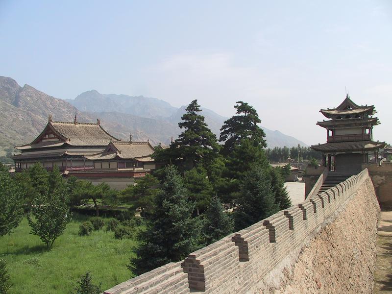 Ein Kloster des tibetischen Buddhismus auf der Steppe Innere Mongolei