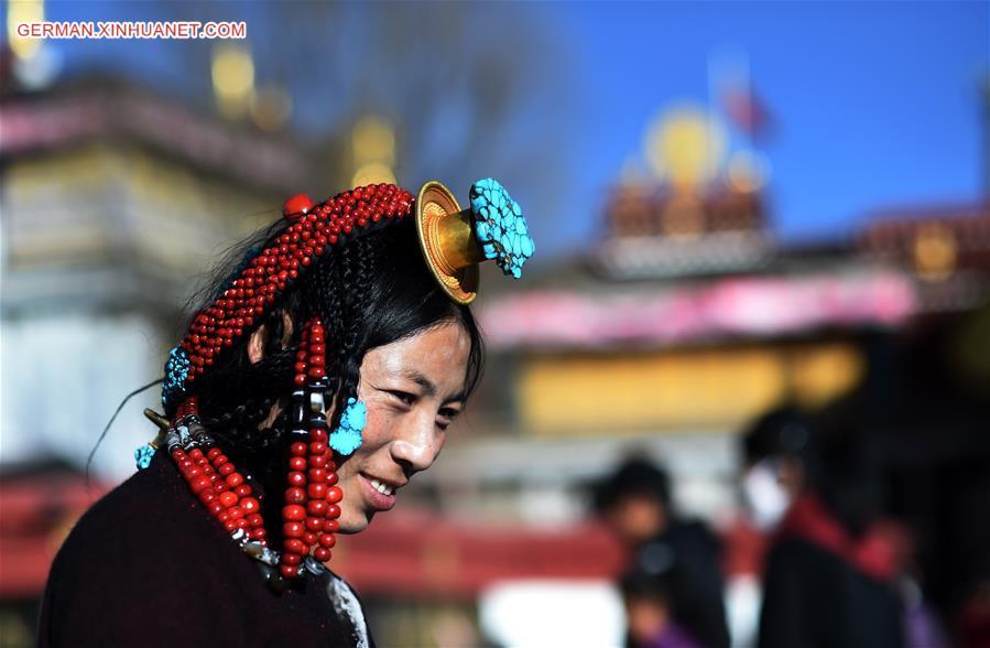 Pilger beten vor dem Jokhang-Tempel in Lhasa