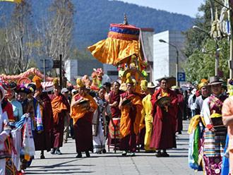 游客与藏族民众共度藏历新年