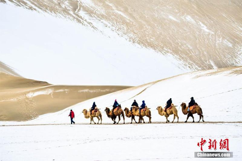 Schnee in der Dunhuang-Wüste