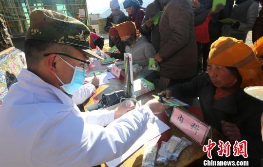 Bewaffnete Polizei bietet Tibetern kostenlose Behandlung