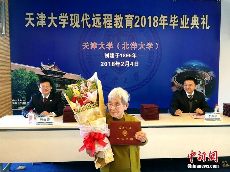 """81-jährige """"Studi-Oma"""" hat den Abschluss in der Tasche"""
