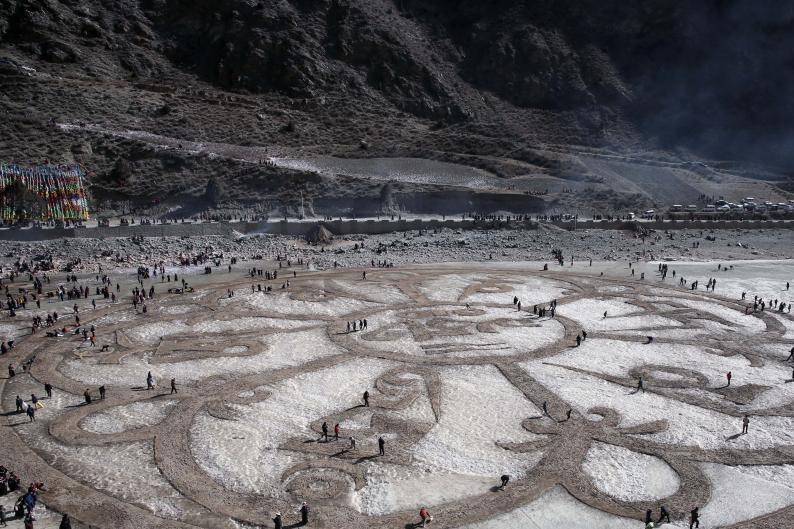 Tibeter aus Qinghai malen mit Sand Mani ins Eis des Tongtian-Flusses