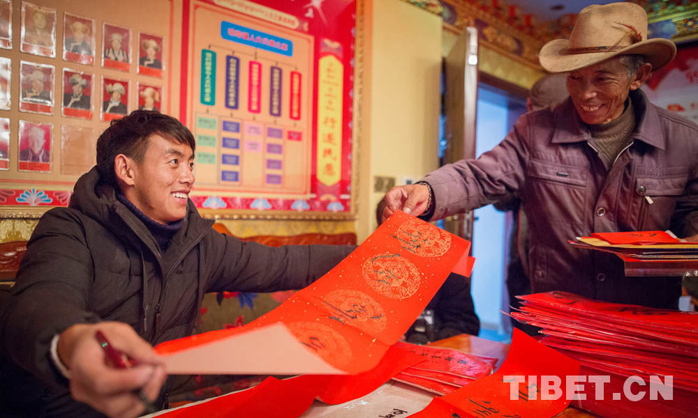 Tibetische Bauern und Hirten erhalten Neujahrs-Kalligraphien