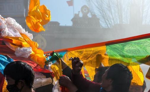 """Die Gebetsfahnensäule des Jokhang """"wechselt ihre Kleidung"""" zum Neujahrsfest"""