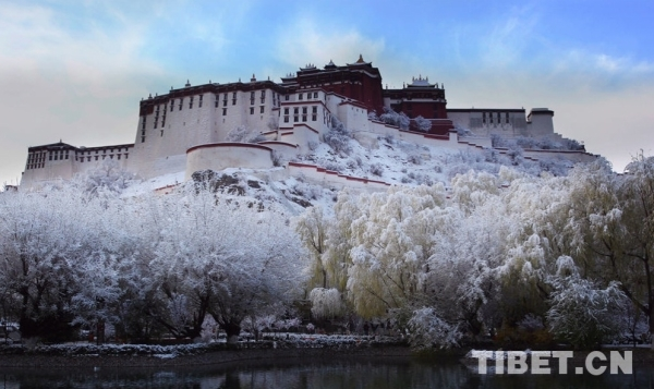 Touristen genießen in Lhasa winterliche Sonne