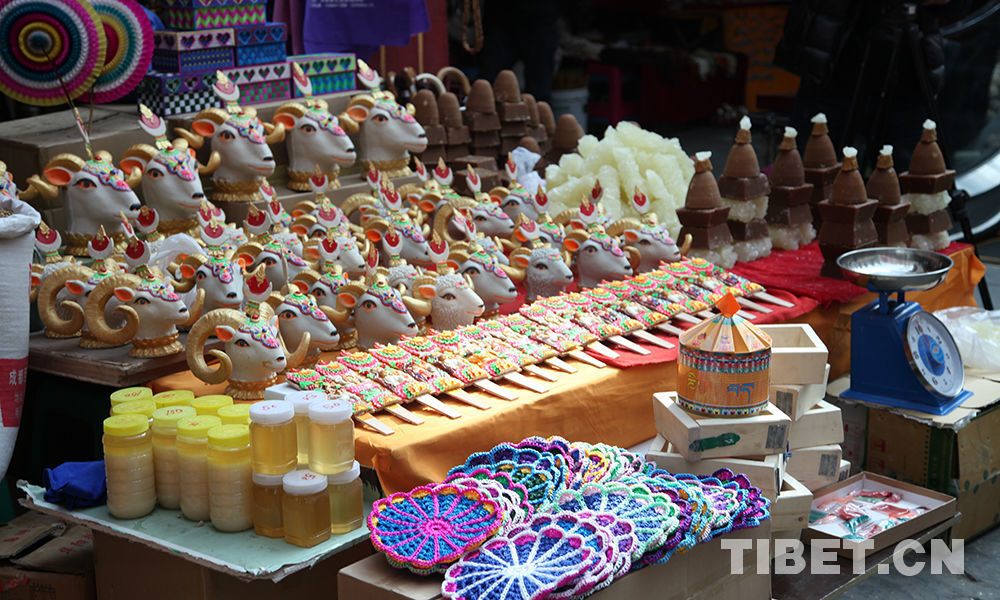 Bustling New Year market in Tibet